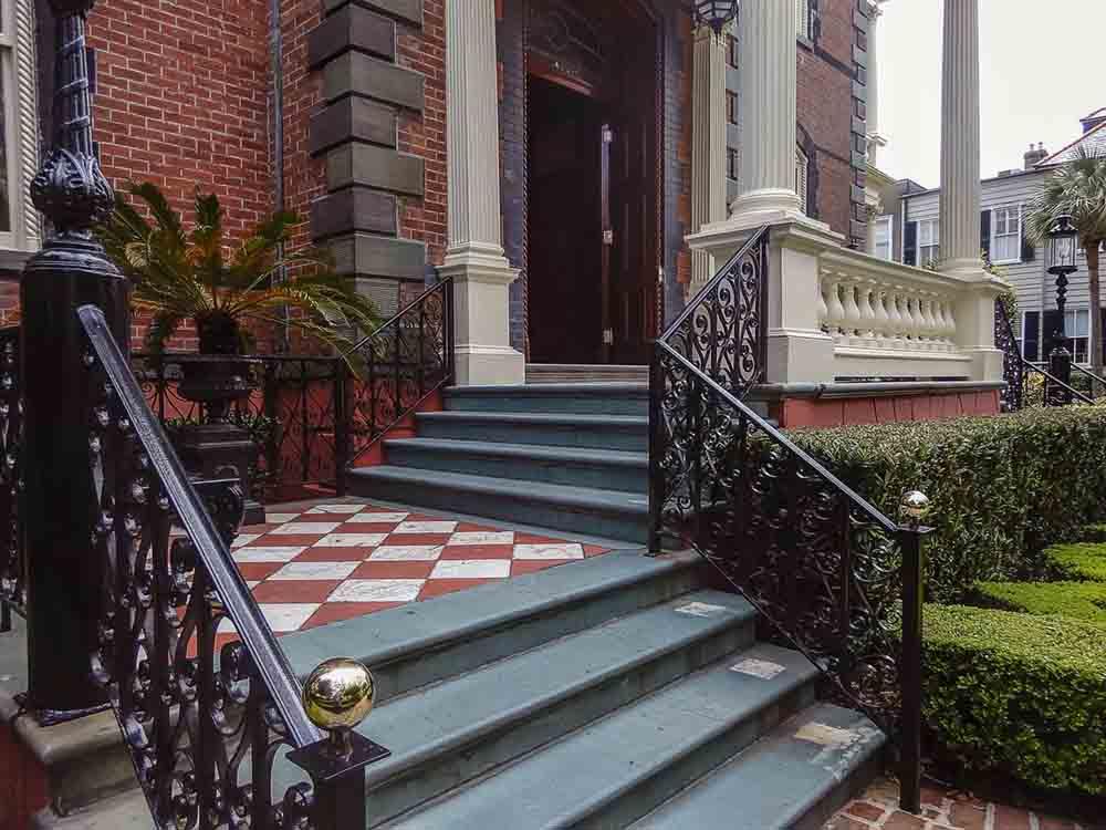 кованые перила для уличной лестницы